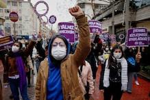 महिलाओं को हिंसा से बचाने वाली संधि से अलग हुआ तुर्की, इस्तांबुल में प्रदर्शन