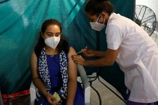 देश में चल रहा है कोरोना टीकाकरण अभियान. (File pic AP)