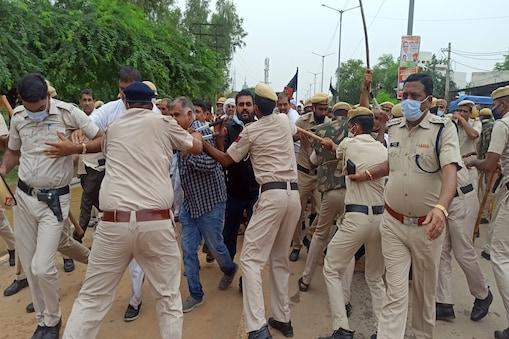 किसानों ने बैरीकेट्स तोड़े, पुलिस के साथ की धक्का-मुक्की