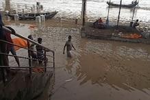 Bihar Flood: पटना के कई श्मशान घाट बाढ़ में डूबे, घुटने भर पानी में शव जला रहे लोग