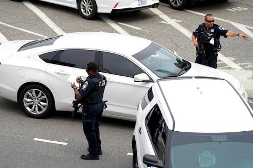 आर्लिंगटन फायर डिपार्टमेंट ने कहा कि इलाके में कार्रवाई जारी है और उसकी टीम के कई सदस्य इसमें घायल हुए हैं. (AP Photo/Andrew Harnik)