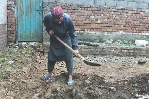 तालिबानी आतंकी असमतुल्लाह मुआविया इस्लामाबाद में एक जमीन की खुदाई करता हुआ.