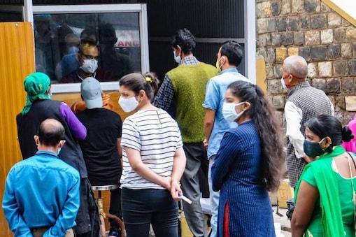 देश में कोरोना की तीसरी लहर इसी महीने आ सकती है.(प्रतीकात्मक तस्वीर: PTI)