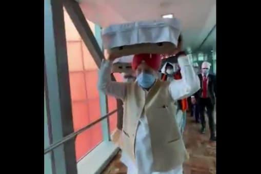 केंद्रीय मंत्री हरदीप सिंह पुरी ने सिर पर रखे गुरु ग्रंथ साहिब. (फोटो twitter/@HardeepSPuri)