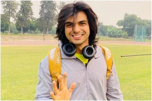नीरज चोपड़ा एक इंटरव्यू के दौरान झप्पी की बात पर आरजे को दूर से ही नमस्ते कह देते हैं. (Neeraj Chopra/Instagram)
