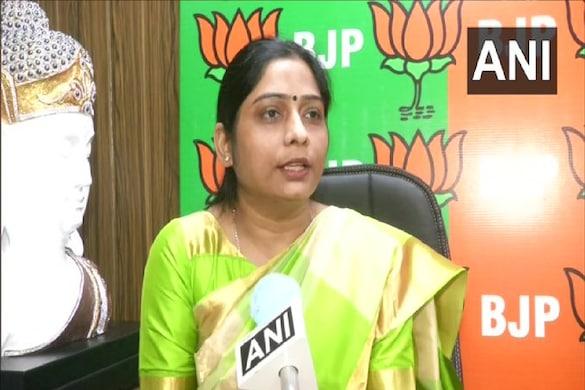 उत्तर प्रदेश सरकार में मंत्री स्वामी प्रसाद मौर्य की बेटी संघमित्रा मौर्य ने मंगलवार को ओबीसी आरक्षण बिल के मसले पर बीजेपी की ओर से सबसे पहले पार्टी का पक्ष रखा. ANI