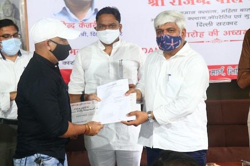 समाज कल्याण मंत्री राजेन्द्र पाल गौतम ने डीएसएफडीसी के तहत  ऋण को रोजगार करने के लिए वितरित किया.