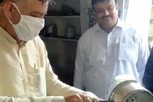 Kanpur News: जब दुकान पर चाय बनाने लगे योगी सरकार के मंत्री सतीश महाना