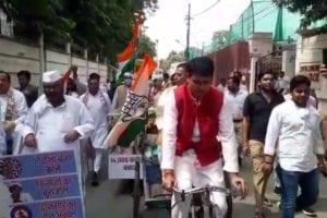 इसी कड़ी में प्रदेश कांग्रेस अध्यक्ष अजय कुमार लल्लू के नेतृत्व में आराधना मिश्रा, दीपक सिंह व नसीमुद्दीन सहित कई नेता ठेले पर सब्ज़ी, तेल व सिलेंडर लेकर विधानसभा पहुंचे.