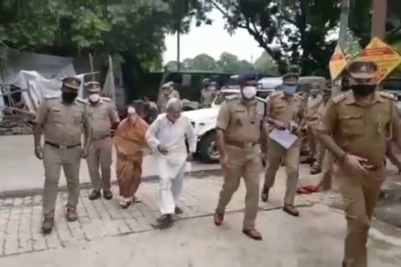 औलाद ने बुढ़ापे में मां-बाप को घर से निकाला, चंद मिनटों में पुलिस कमिश्नर ने दिलाया इंसाफ, बेटा-बहू गिरफ्तार