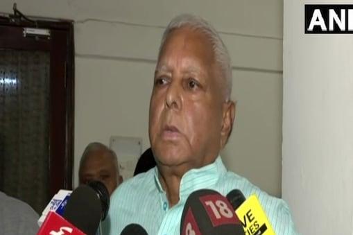 लालू प्रसाद यादव ने कहा कि नीतीश को पीएम मैटिरियल बताया जा रहा है और एनडीए कहती है कि अब प्रधानमंत्री के लिए वैकेंसी नहीं है. (फाइल फोटो)