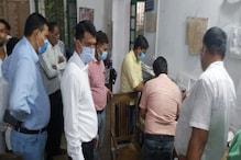 सरकारी दफ्तर में रुपये लेकर हो रहा था काम, DM ने सस्पेंड कर 4 को भेजा जेल