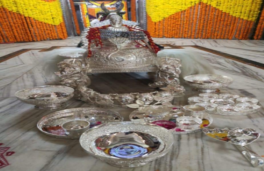 उज्जैन. महाकाल मंदिर में गुरुवार को राजस्थान के अजमेर से आए एक भक्त ने 25 लाख रुपये के चांदी के बर्तन और आभूषण का गुप्त दान किया. महाकाल मंदिर के पुरोहित पंडित लोकेश व्यास ने बताया कि उनके यजमान ने यह चांदी की सामग्री भगवान महाकाल के लिए भस्मारती में उपयोग के लिए प्रदान की है.