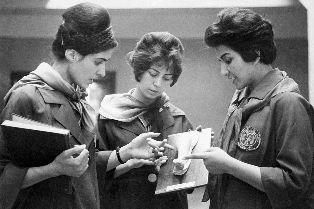 ये 1962 के काबुल के मेडिकल कॉलेज की तस्वीर है. जहां दो महिला स्टूडेंट अपने टीचर से कुछ समझने की कोशिश कर रही हैं. उनकी आत्मविश्वास भरी भावभंगिमा बता रही है कि उन दिनों वो किस तरह अफगानिस्तान के मुख्यधारा में अपनी जगह बनाने के लिए आश्वस्त थीं. 60 के दशक में अफगानिस्तान में बड़ी संख्या में डॉक्टर और इंजीनियर कालेज से पढ़कर निकल रही थीं और सरकारी नौकरियों में काम कर रही थीं. अपनी योग्यता से वो खास छाप भी छोड़ रही थीं.
