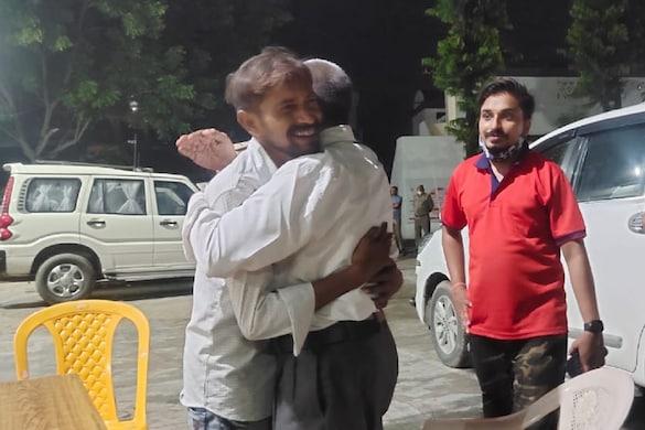 UP: अमेठी पुलिस ने चंद घंटों के अंदर एक किडनैपिंग केस का खुलासा कर दिया और बैंक मैनेजर पिता को व्यापारी बेटे से मिला दिया.