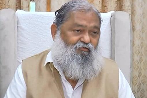 हरियाणा के स्वास्थ्य मंत्री अनिल विज ने कहा कि हेल्थ वर्कर्स अगर कोरोना की दूसरी डोज नहीं लेते हैं तो उकी सैलरी रोकी जा सकती है.