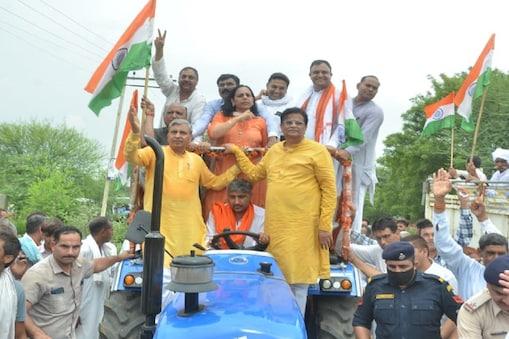 Kisan Aandolan: नए कृषि कानूनों (New Farm Laws) को लेकर किसानों का लगातार विरोध झेल रही भाजपा शहीदों की याद में तिरंगा यात्रा (Tiranga Yatra) निकाल रही है, इस बीच संयुक्त किसान मोर्चा ने इस यात्रा का विरोध करने की बजाय इसे फेल करने का ऐलान किया है.