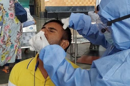 दिल्ली में कोरोना की स्थिति पूरी तरह से नियंत्रण में है लेकिन टेस्ट कराने वालों की संंख्या कम नहीं हो रही है.  (File Photo)