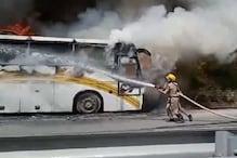 कुल्लू : वैष्णो माता मंदिर के पास खड़ी बस में लगी आग, धूं-धूं कर जलने लगा जंगल