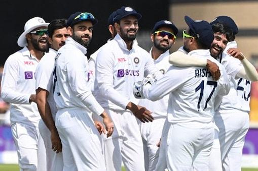 भारतीय टीम ने इंग्लैंड की पहली पारी 183 रन पर समेट दी. बुमराह ने सबसे ज्यादा 4 विकेट झटके जबकि शमी को 3 विकेट मिले. (AP)