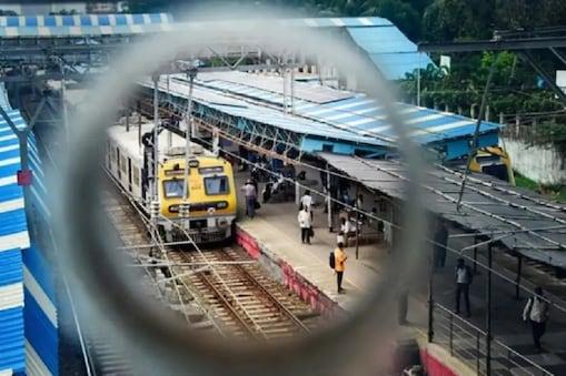 कोरोना की वजह से लोकल ट्रेनें आम लोगों के लिए बंद हैं. (फाइल फोटो)