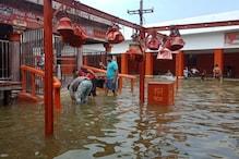 इटावा : यमुना की बाढ़ में डूबा श्मशान घाट, काली बांह मंदिर में भी घुसा पानी