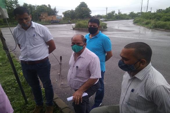 मंडोला विहार साइट का निरीक्षण करती एनएचएआई अधिकारियों की टीम.