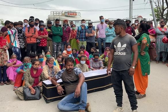 पिथौरागढ़ में युवक की मौत के बाद परिजनों ने विरोध प्रदर्शन किया.