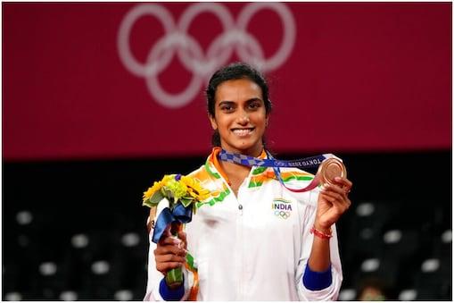 Tokyo Olympics Medal Tally: भारतीय बैडमिंटन खिलाड़ी पीवी सिंधु (PV Sindhu) ने महिला सिंगल्स इवेंट में रविवार को ब्रॉन्ज मेडल जीता. भारत के अब दो पदक हो गए हैं. (AP)