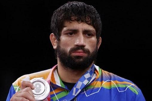 भारतीय रेसलर रवि कुमार दहिया ने टोक्यो ओलंपिक में सिल्वर मेडल जीता लेकिन वह इसे लेकर कुछ उदास नजर आए. (AFP)