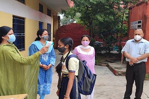 पंजाब सरकार द्वारा 26 जुलाई से कक्षा 10वीं से 12वीं और दो अगस्त से सभी स्कूलों को खोल दिया गया है.