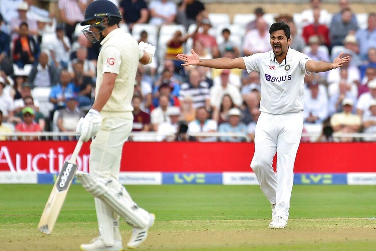 शार्दुल ठाकुर का गेंद और बल्ले से धमाल- टीम इंडिया की जीत की स्क्रिप्ट शार्दुल ठाकुर ने भी लिखी. ठाकुर ने गेंद और बल्ले दोनों से कमाल दिखाया. ठाकुर ने पहली पारी में महज 36 गेंदों में 57 रन ठोके और उनकी हिटिंग के दम पर ही भारत 191 रनों तक पहुंचा. इसके बाद दूसरी पारी में भी ठाकुर ने 60 रनों की पारी खेली. दोनों पारियों में अर्धशतक लगाने के अलावा ठाकुर ने दूसरी पारी में इंग्लैंड के कप्तान जो रूट और ओपनर रॉरी बर्न्स के अहम विकेट भी चटकाए. (AP)