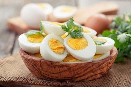 ब्रेकफास्ट में अगर हम उबले अंडे खाते हैं तो हमारे शरीर को प्रोटीन की आपूर्ति होती है और हम दिन भर एनर्जी से भरपूर रहते हैं. Image : shutterstock