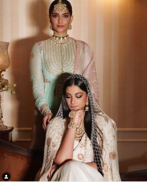 सोनम कपूर और रिया कपूर एक दूसरे को काफी अडोर करती हैं. हाल ही में रिया की शादी में सोनम काफी इमोशनल दिखीं. सोनम और रिया बॉलीवुड में अपने फैशन सेंस के लिए जानी जाती हैं. साभार: @SonamKapoor instagram