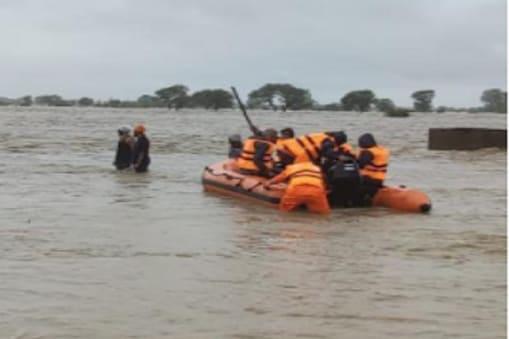 मध्यप्रदेश में सेना, बोट ऑपरेशन के जरिए बाढ़ में फंसे  लोगों को बचाने में जुटी हुई है. फाइल फोटो.