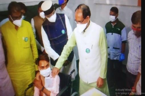 BHOPAL में सीएम शिवराज सिंह ने वैक्सीनेशन सेंटर पहुंचकर लोगों से बात की.