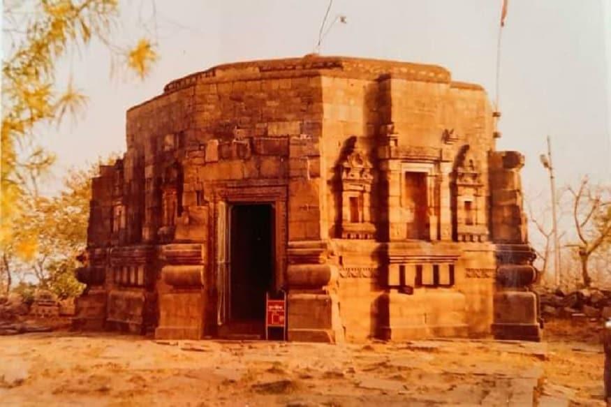 पहाड़ी पर बिखरे हुए कई पत्थर और स्तंभ हैं जिनको देखकर लगता है कि उन पर श्री यंत्र सिद्ध यंत्र मंत्र उत्कीर्ण हैं. जैसे ही आप मंदिर के मुख्य द्वार पर ही पहुंचेंगे वातावरण पूरी तरह से भक्तिमय लगने लगता है. सीढ़ियों के सहारे मंदिर के दरवाजे पर पहुंचने के साथ ही पंवरा पहाड़ी के शिखर पर स्थित मां मुंडेश्वरी भवानी मंदिर की नक्काशी अपने आप में मंदिर की अलग पहचान दिलाती है. मंदिर कितनी प्राचीन है और मंदिर में रखी मूर्ति कब और किस तरह के पत्थर से बनी है, ये सब बातें मंदिर में प्रवेश करने के पहले एक शिलालेख में अंकित है. इसपर साफ-साफ लिखा है की मंदिर में रखी मूर्तियां उत्तर गुप्त कालीन हैं और यह पत्थर से बना हुआ अष्टकोणीय मंदिर है.