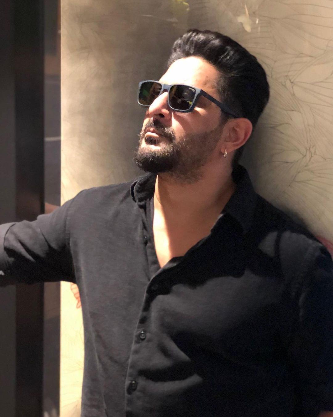 अरशद वारसी ने हाल ही में अक्षय कुमार के साथ 'बच्चन पांडे' की शूटिंग पूरी की है.अरशद के इस ट्रांसफॉर्मेशन पर एक फैंस ने कमेंट में लिखा 'और करो अक्षय सर के साथ मूवी'. (फोटो साभार: arshad_warsi/Instagram)