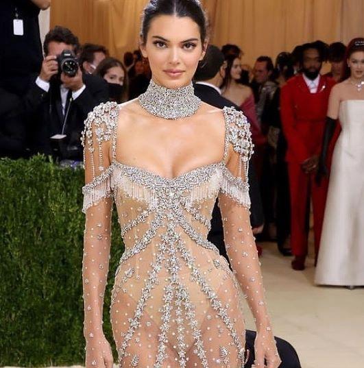 केंडल जेनर ने Met Gala के लिए एक शीयर, ज्वेलरी वाली ड्रेस चुनी थी.
