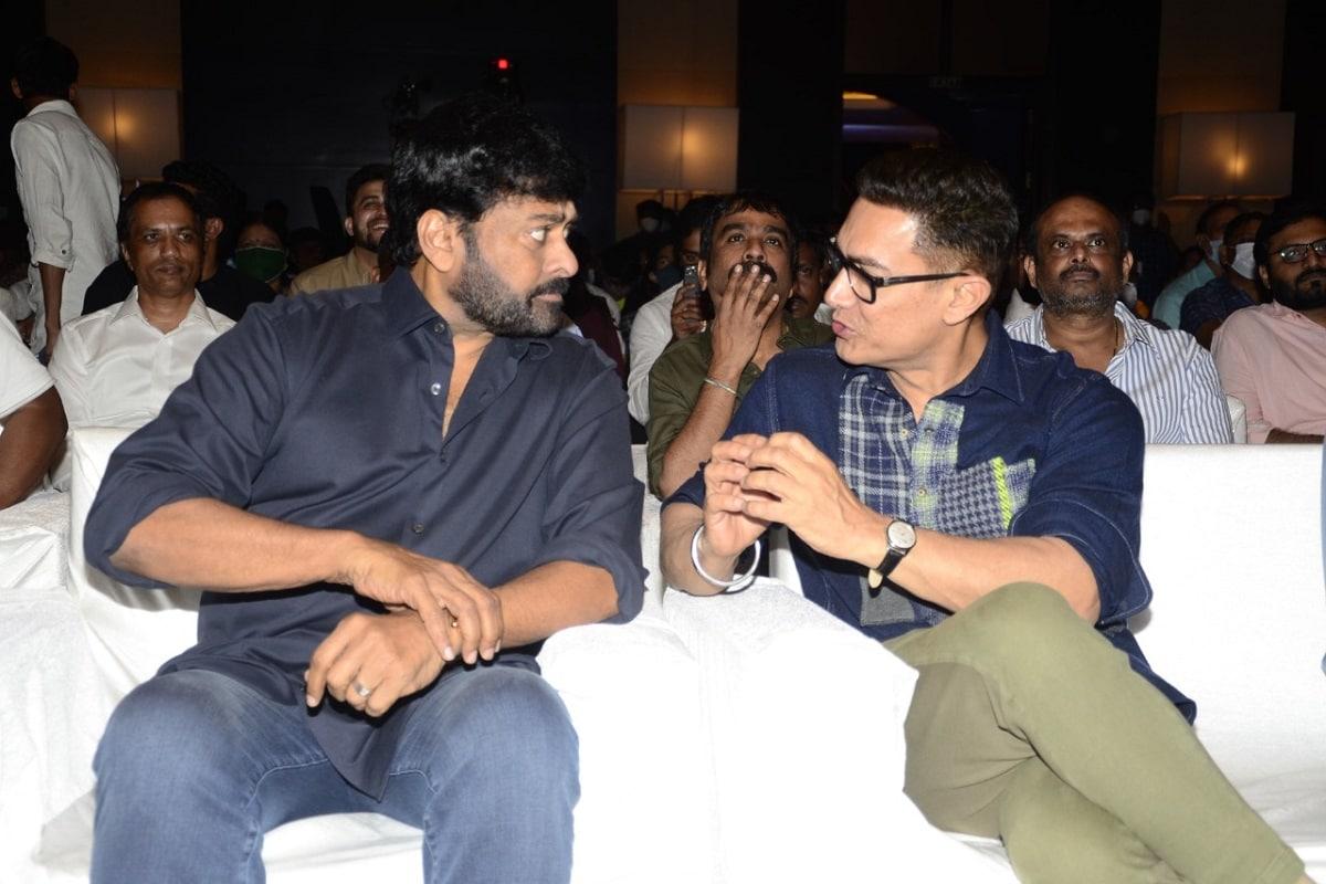 किसी गंभीर मुद्दे पर बात करते हुए आमिर खान और चिरंजीवी. (Twitter/Photo)