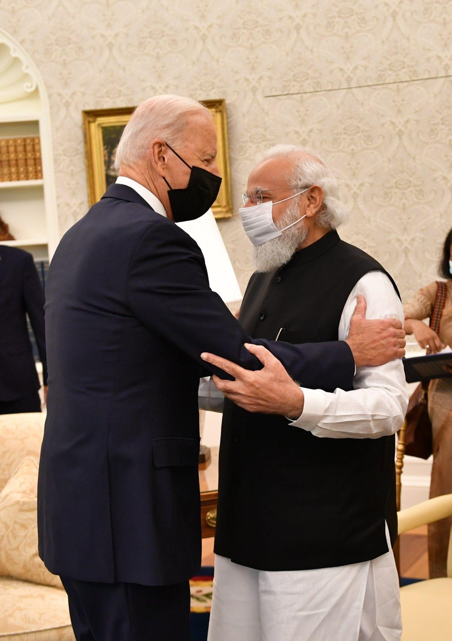 पीएम मोदी ने अमेरिकी राष्ट्रपति जो बाइडन से मुलाकात की: प्रधान मंत्री नरेंद्र मोदी ने 24 सितंबर को पहली द्विपक्षीय बैठक के लिए अमेरिकी राष्ट्रपति बाइडन से मुलाकात की. इस दौरान दोनों नेताओं ने कोविड -19 का मुकाबला करने, जलवायु परिवर्तन और आर्थिक सहयोग सहित कई प्राथमिकता वाले मुद्दों पर चर्चा की. साल 2014 में पदभार ग्रहण करने के बाद 7वीं बार अमेरिका की यात्रा पर आए प्रधानमंत्री मोदी ने बाइडन के साथ शुक्रवार की द्विपक्षीय शिखर वार्ता को महत्वपूर्ण बताया. (तस्वीर: पीएमओ ट्विटर)