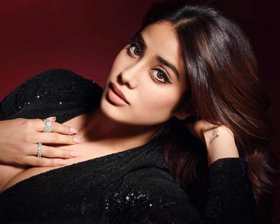 ब्लैक कलर की ड्रेस में जाह्नवी कपूर (Janhvi Kapoor) काफी खूबसूरत दिखाई दे रही हैं. फोटो साभार: @JanhviKapoor Instagram
