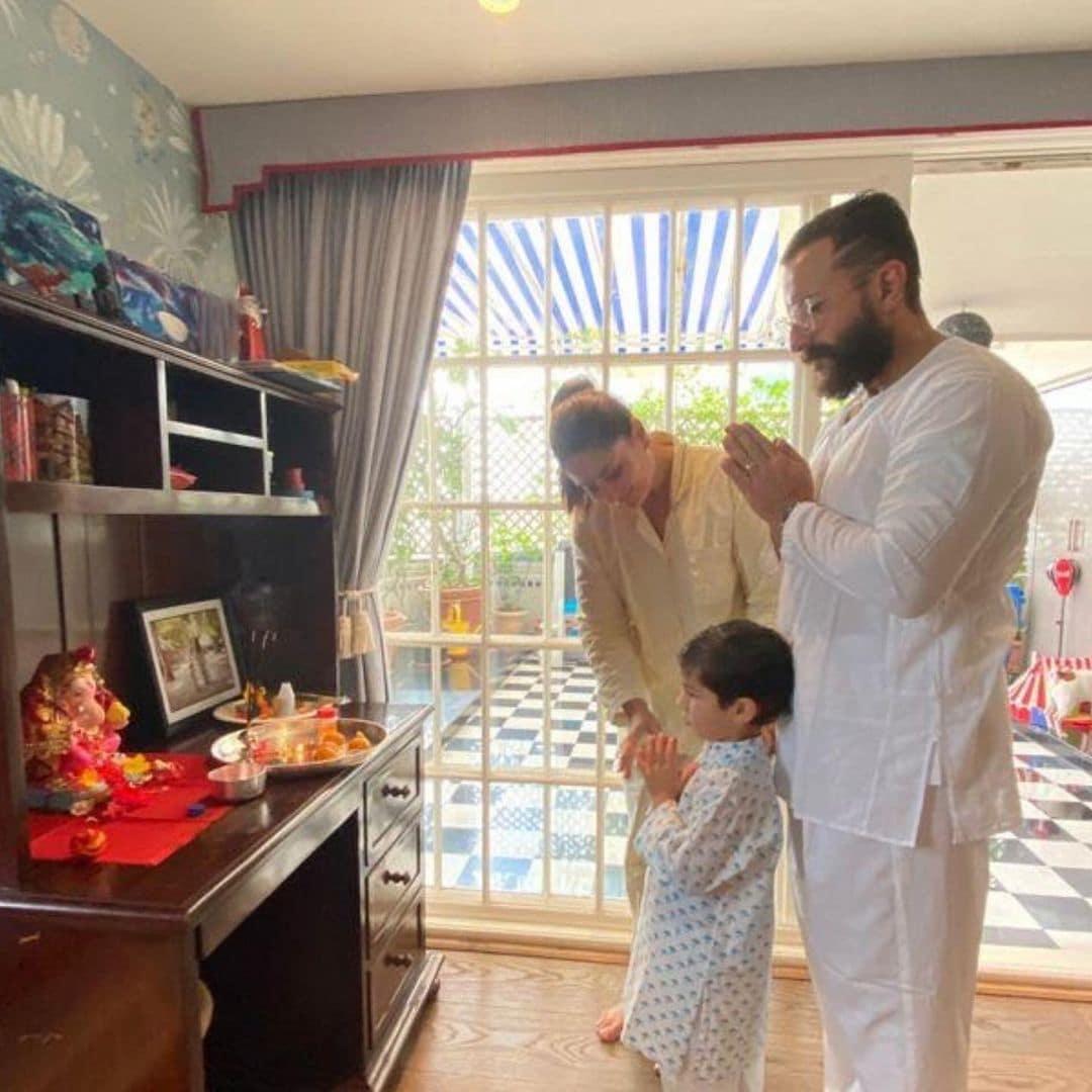इस साल गणपति पूजा के मौके पर करीना कपूर (Kareena Kapoor) और सैफ अली खान (Saif Ali Khan) के घर भी बप्पा पधारे हैं. खुद करीना कपूर ने इंस्टाग्राम पर तस्वीर शेयर की हैं, जिनमें वह सैफ और बेटे तैमूर (Taimur) के साथ भगवान की पूजा करते हुए नजर आ रही हैं. साभार: @KareenaKapoorKhan instagram