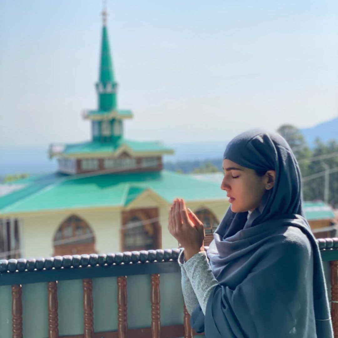 अपने लेटेस्ट पोस्ट में उन्होंने पहली कुछ तस्वीरें मस्जिद शरीफ से शेयर की हैं, जिसमें वह नमाज अदा करती हुई नजर आ रही हैं.फोटो साभार- @saraalikhan95/Instagram