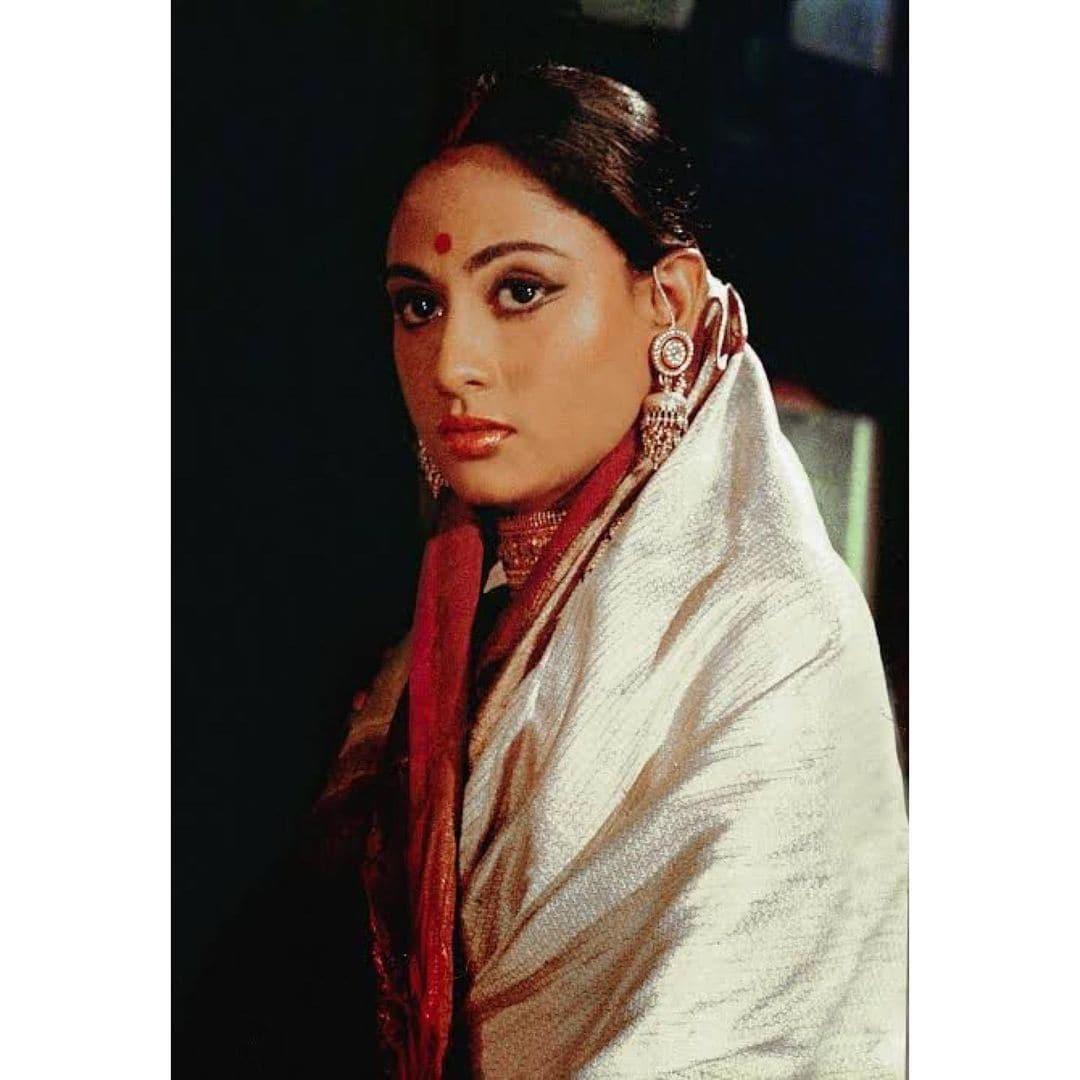"""पोस्ट को शेयर करते हुए अभिषेक बच्चन ने लिखा, """"मैं उनका बेटा होने के लिए बहुत आभारी हूं, और फिल्म इंडस्ट्री में उन्हें पूरे 50 साल देखना गर्व का क्षण है. सिनेमा के 50 साल मुबारक हो मां, आई लव यू."""" (फोटो साभार: @bachchan/instagram)"""
