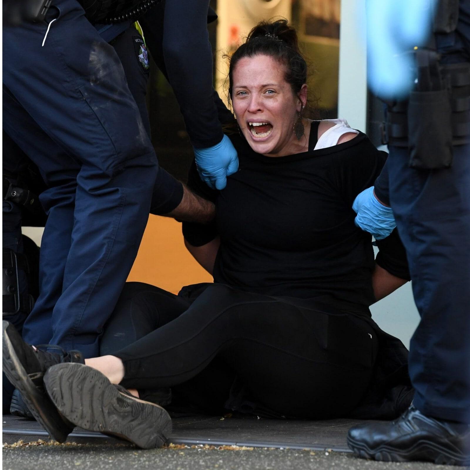 दूसरी तरफ, मेलबर्न (melbourne) में तेज हाेते प्रदर्शन को रोकने के लिए पुलिस ने बुधवार को प्रदर्शनकारियों पर रबर की गोलियां दागीं. इस दौरान पुलिस और कर्मचारियों के बीच हिंसक झड़प भी हुई. अब तक इसमें 72 लोगों को गिरफ्तार किया गया है.