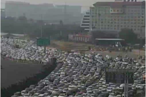 गुरुग्राम-दिल्ली बॉर्डर कई किलोमीटर तक वाहनों की लाइन लग गयी है.