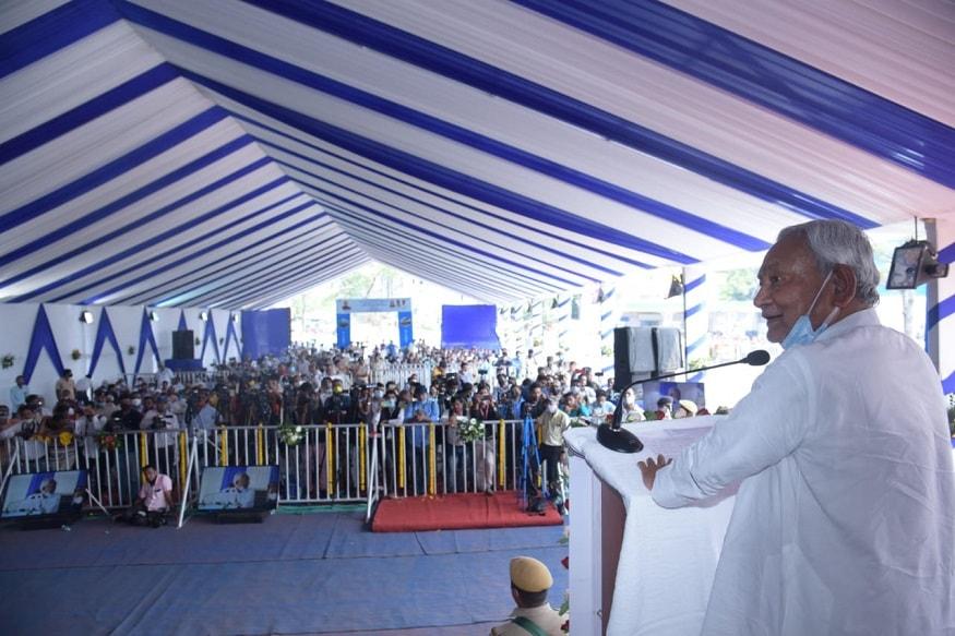 नीतीश कुमार ने खुदा बख्श लाइब्रेरी का जिक्र करते हुए कहा कि खुदाबख्श लाइब्रेरी में 2006 के बाद हम कई बार गए हैं. पहले कितने मुख्यमंत्री वहां पहुंचे थे? हमलोगों को खुदाबख्श लाइब्रेरी से काफी लगाव है. मैंने अधिकारियों को निर्देश दिया है कि खुदाबख्श लाइब्रेरी के काम में कोई बाधा नहीं होनी चाहिये.
