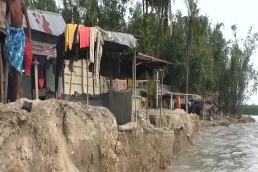 पूर्णिया में एक गांव में कटाव का नजारा
