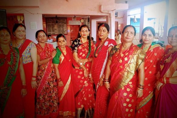 'हरतालिका तीज' के अवसर पर पारंपरिक पोशाक में महिलाएं.
